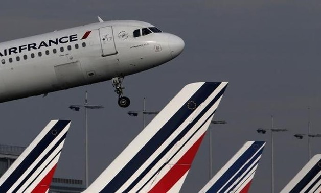 An Air France Airbus A321 aircraft takes off at the Charles de Gaulle International Airport in Roissy, near Paris, October 27, 2015. REUTERS/Christian Hartmann