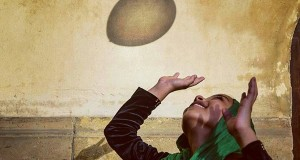 Photo (cropped) by Instagram user @mostafa_bassim via Everyday Cairo. A young girl enjoying playing with a balloon at Al-Azhar mosque during Eid celebrations.