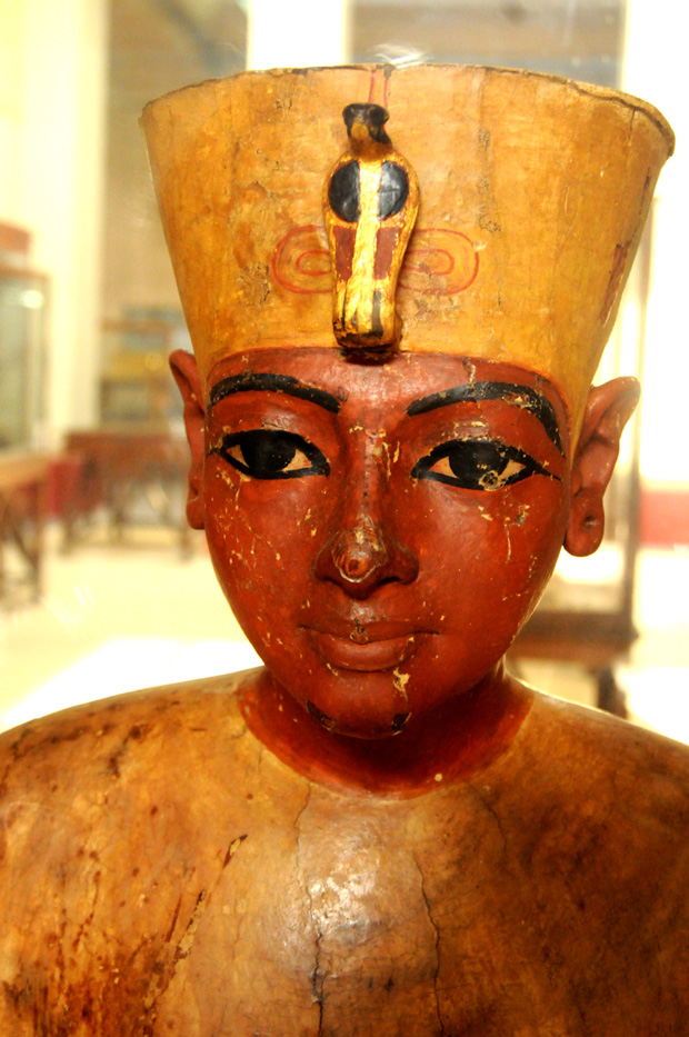A mannequin of Tatankhamun, a very life-like representation made of wood, covered in plaster and painted.