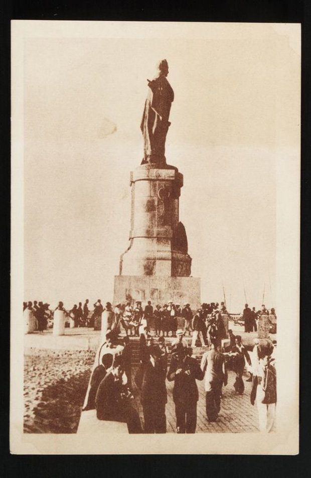 An old postcard showing the De Lesseps statue.