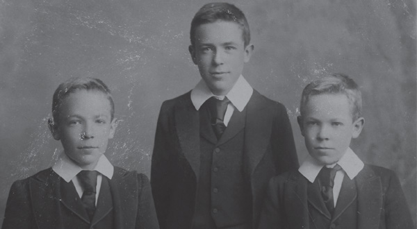Robert Gayer-Anderson (right) with his twin brother, Tom, and older brother, Reginald.